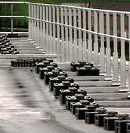 Aluminium height-adjustable saftey guardrail for flat roofs without public access